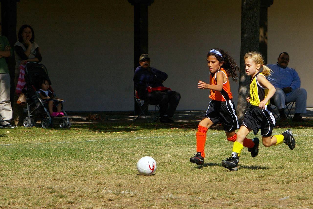 Deux jeunes footballeuses en compétition derrière un balon