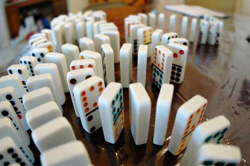 Photographie de d'une cascade de domino prête à tomber