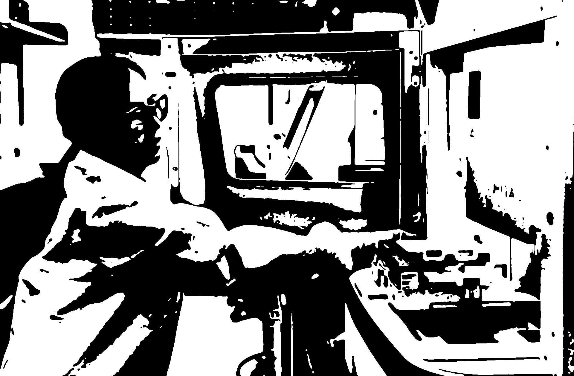 Image en aplats de noirs et de blanc montrant une personne introduisant des échantillons dans une machine d'analyse