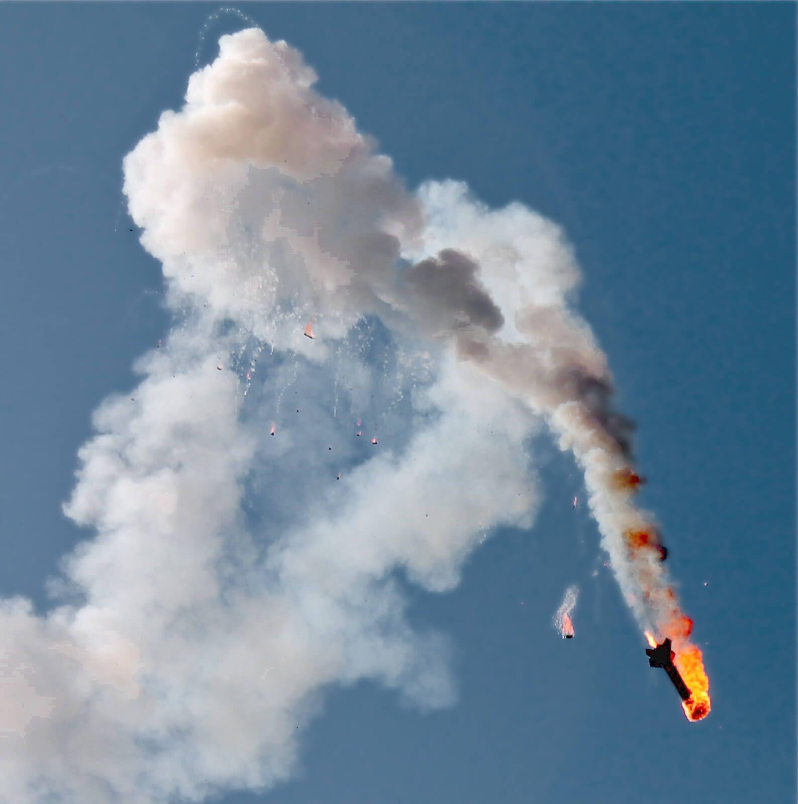 Photographie en contre-plongée de l'incendie en vol et chute d'une fusée